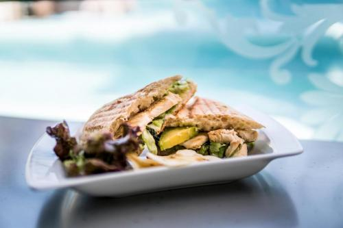 Chicken-infused-with-lemon-and-herbs-bocadillo-_opt